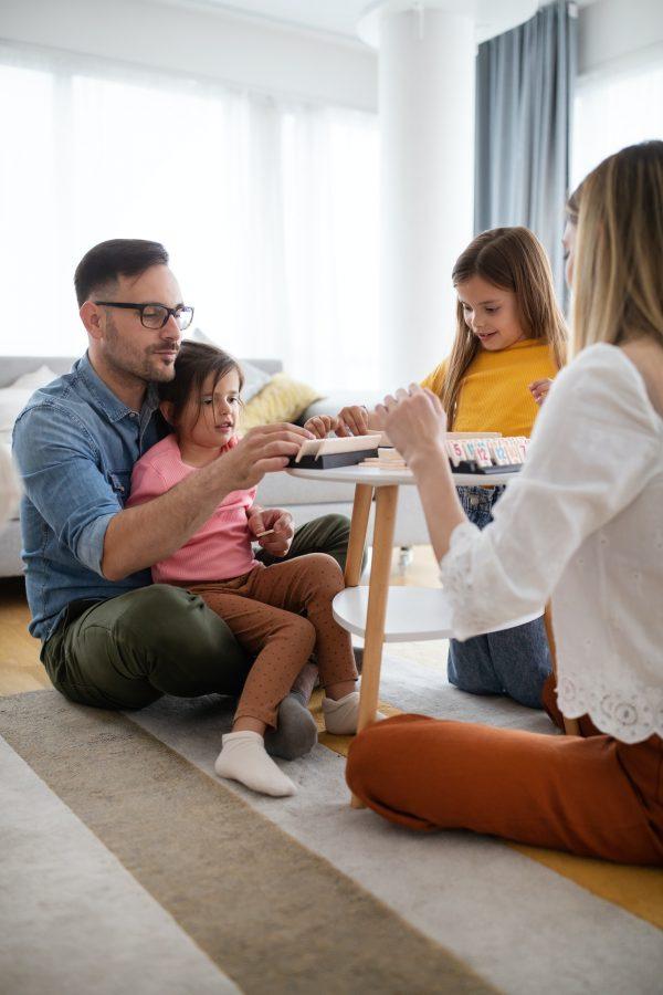 Perhe pelaa lautapelejä yhdessä